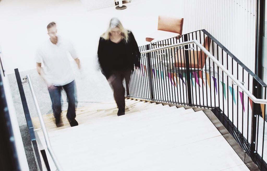 Ihmiset kavelevat portaita