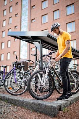 Kangas mies ottaa pyörää parkista
